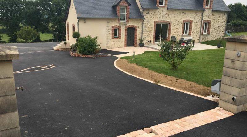 Cour en goudron noir et terrasse en béton désactivé maison de campagne à Vitré
