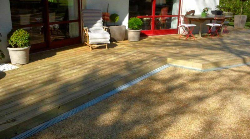 Pose d'une terrasse bois et cour en bicouche à Vitré